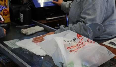 """Cambadu inició la entrega de las nuevas bolsas """"camiseta"""" biodegradables a los almacenes"""