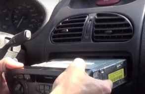 Robaba la radio de un coche y fue sorprendido por el dueño que lo entregó a la Policía
