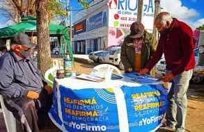 Jornada de recolección de firmas pro-referéndum contra la LUC en San Carlos