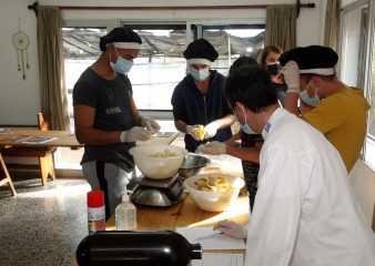 Municipio de Punta del Este impulsa capacitación en panadería de jóvenes con adicciones