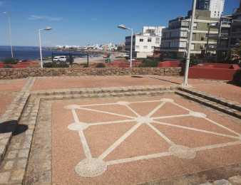 Espacio poco conocido: la Plaza del Ingenio de Punta del Este y sus juegos en el piso