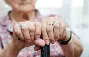 Medidas restrictivas y tobillera electrónica para nieto que agredía a su abuela