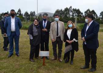 Embajador de Japón visitó Pan de Azúcar y plantó dos cerezos en el hogar de ancianos
