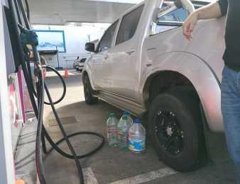 Una exageración: hubo quienes compraron bidones, tiraron el agua y los cargaron con nafta ante posible desabastecimiento.